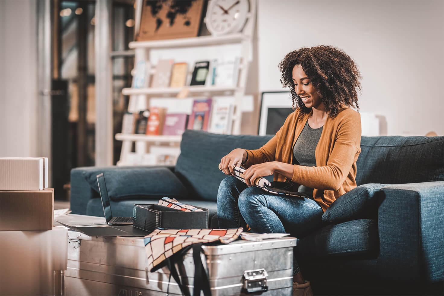 retourzendingen consument vrouw inpakken product